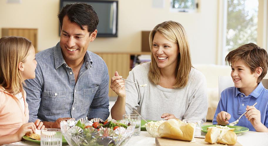 фото семья за красивым обеденным столом с вкусной едой