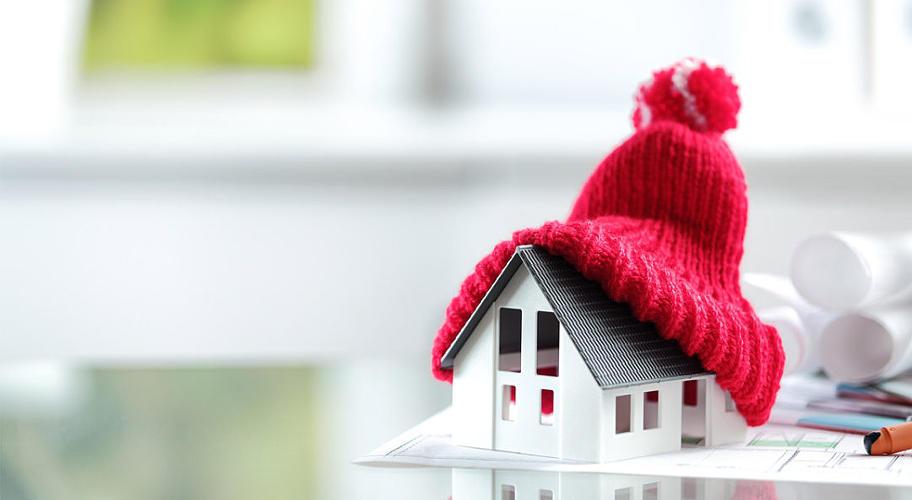 фото игрушечного дома и на нем детская шапка с бубенчиком