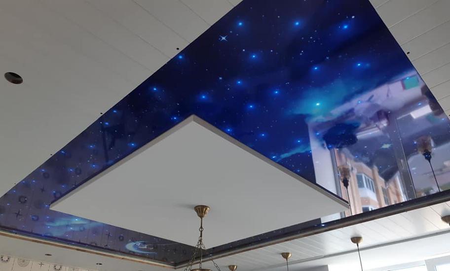 На фотографіЇ натяжна стеля Зоряне небо.