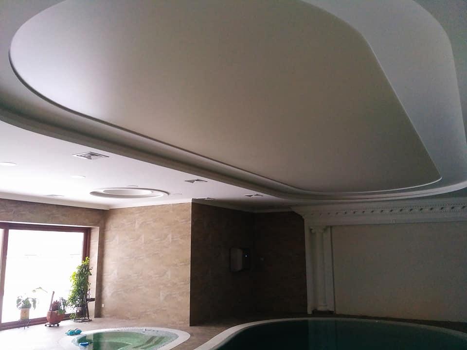 На фото натяжна матова стеля в приміщенні з басейном.