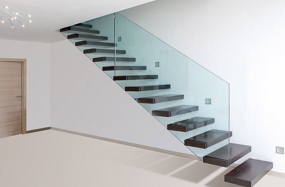 На фотографії сходи,які з одного боку кріпляться до стіни,а з іншого огороджені склом.